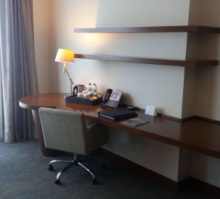 Zimmer Schreibtisch/Sessel/Telefon Hotel Grand Millennium Al Wahda Abu Dhabi