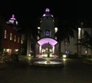 Hoteleingang bei Nacht Lopesan Villa del Conde Resort & Spa