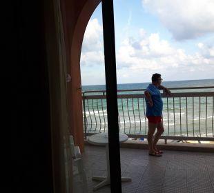 Blick aus dem Zimmer auf den großen Balkon  Sol Luna Bay & Mare Resort