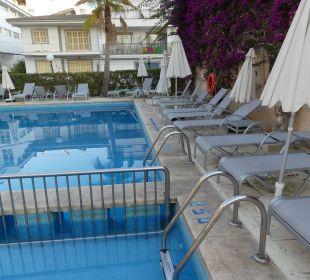 Liegen am Pool JS Hotel Yate