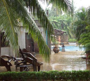 Ausblick von unsere Terrasse-es regnet Hotel Mukdara Beach Villa & Spa Resort