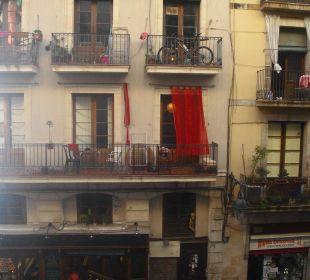 Blick auf die andere Straßenseite vom Zimmer Hotel Ciutat de Barcelona