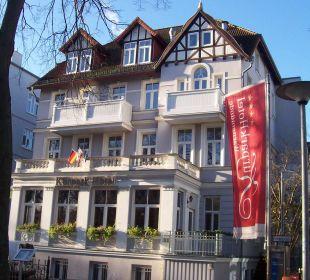 Hotel von der Straße gesehen KurparkHotel Warnemünde