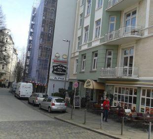 Hotel eingerüstet, daneben Bistro/Kneipe ALPHA Hotel Garni