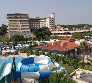Widok na hotel ze zjeżdżalni Bellis Deluxe Hotel