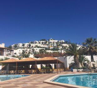 Blick vom Pool über die Hotelanlage Hotel Lagas Aegean Village