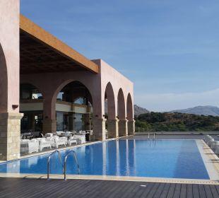 Der Pool ist vor Restaurant/Bar Boutique 5 Hotel & Spa