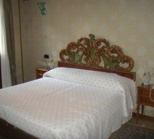 Venezianisches Bett im Hotel Saturnia Hotel Saturnia