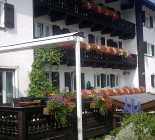 Die Frühstücksterrasse mit Blick auf die Balkonzimmer Hotel Bellevue