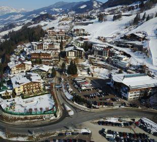 Hotel im Vordergrund - rechts daneben Gondelstatio Verwöhnhotel Berghof