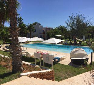 Ruhiger Pool in der Anlage  COOEE Cala Llenya Resort Ibiza