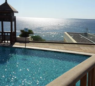 Pool am Haupthaus mit Blick aufs Meer