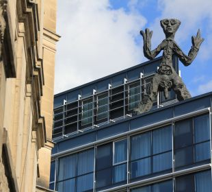 Kunst von A.R. Penck auf dem Hoteldach art'otel dresden