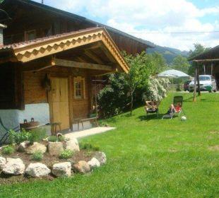 Liegewiese mit Saunahütte und Kräuterschnecke Wörglerhof Alpbacher Hüttenappartements & Saunaalm
