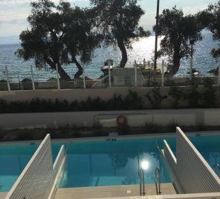 Vu mer avec la route devant MarBella Corfu Hotel