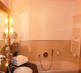 Bad mit Wanne und Dusche Aktiv- & Wellnesshotel Zentral