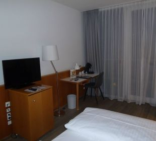 Schreibtisch, TV, Kaffeemaschine arcona Hotel am Havelufer