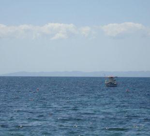 Blick von der Strandliege aufs Meer Hotel Possidona Beach