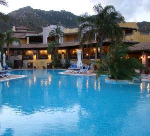 Größerer Pool direkt beim Restaurant Hotel Cruccuris Resort