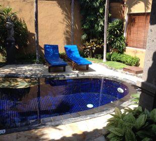 Pool mit Jacuzzi  in der Villa Herbas Villas Parigata Resort
