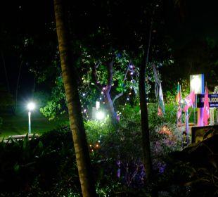 Hotelzugang vom Bahnsteig bei Nacht Hotel Susantha Garden