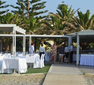 Restauracja na pograniczu plaży i ogrodu  Hotel Minos Mare Royal