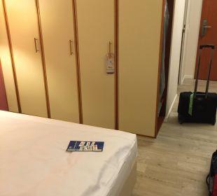 Schönes Zimmer mit Laminat Globana Airport Hotel