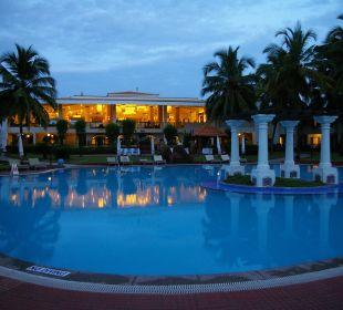 Poolanlage am Abend Hotel Holiday Inn Resort Goa