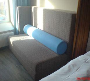 Sofa im Standardzimmer a-ja Warnemünde. Das Resort.
