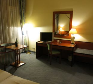Blick vom Bett zum Schreibtisch Hotel Wiesler