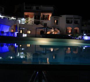 Pool bei Nacht CalaCuncheddi Resort & Marina