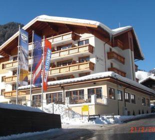 Blick auf Terrassenseite (von der Straße) Hotel Roslehen