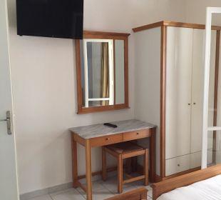 Flat-TV in jedem Schlafzimmer Hotel Acharavi Beach
