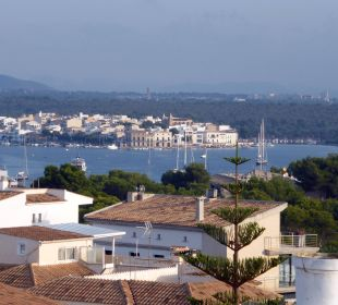 Von der Dachterasse aus der Blick zum Hafen JS Hotel Cape Colom