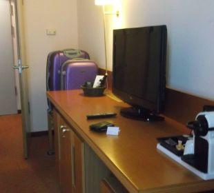 TV und Eingang Sheraton Düsseldorf Airport Hotel