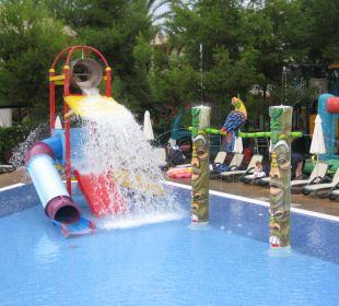 Der Wasserkübel entleert sich am Piratenpool Hotel Viva Tropic