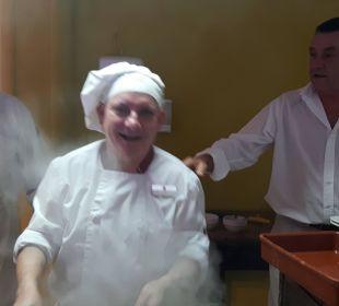 Freundlichkeit auch beim Kochen! JS Hotel Yate
