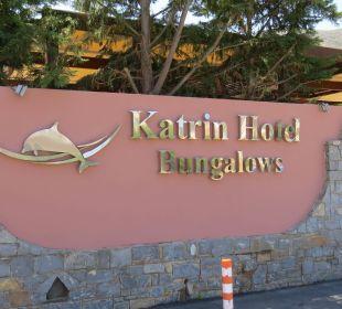 Vor dem Eingang zur Hotelanlage Eurohotel Katrin Hotel & Bungalows