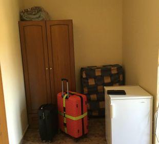 Schrank und Kühlschrank Hotel Possidona Beach