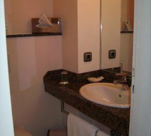 WC mit Waschbecken und Spiegel Hotel John Brinckman