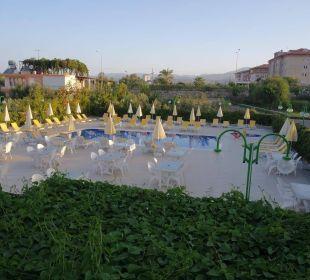 Blick vom Restaurant Balkon auf den Pool