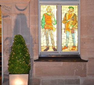 Fenster neben dem Eingang Hotel Victoria Nürnberg