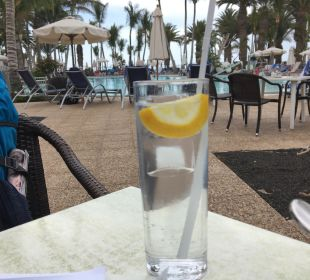 Gin Tonic am Pool Hotel Hipotels La Geria
