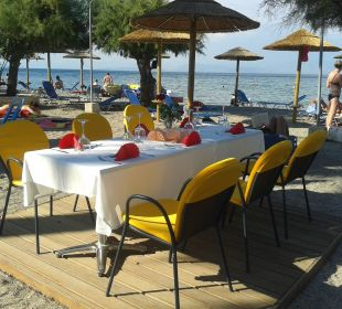 Romantischer Tisch am Strand zum Abendessen Hotel Three Stars Village