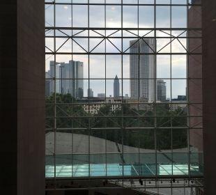 Durchsicht vom Hotel Hilton Frankfurt City Centre