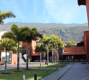 Kleiner Platz mit Blick auf die Berge La Palma Princess