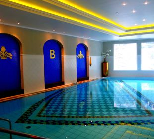 Großes Becken vom Swimming Pool MONDI-HOLIDAY First-Class Aparthotel Bellevue