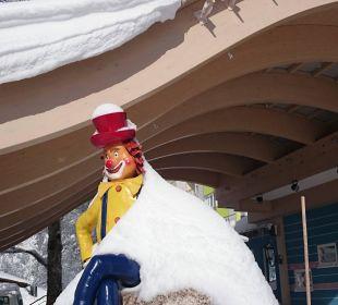 Vor der Tür begrüßt Sie Clown Happy  Familotel Hotel Feldberger Hof