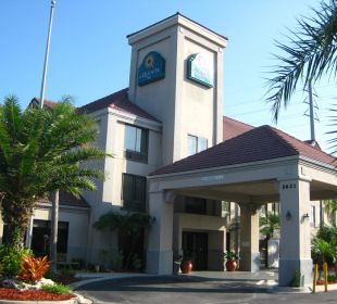 Eingang des Hotels La Quinta Inn Orlando Universal Studios