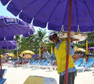 На пляже Hotel Coconut Village